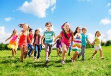 Bambini che corrono verso il futuro
