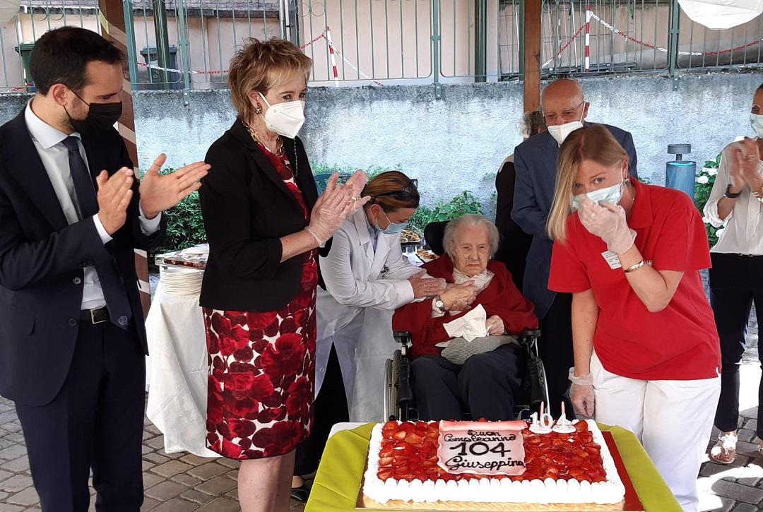 Letizia Moratti mentre festeggia la signora Giuseppina